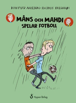 Måns och Mahdi spelar fotboll